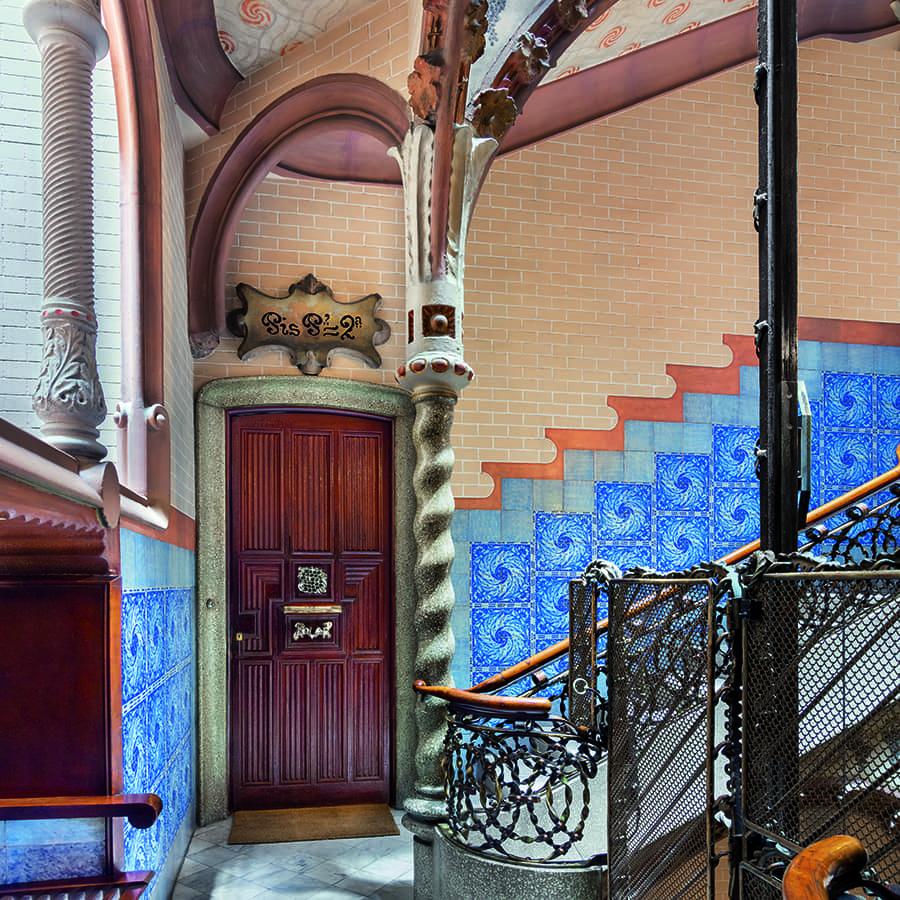 Escalera de la Casa Calvet de Antoni Gaudí