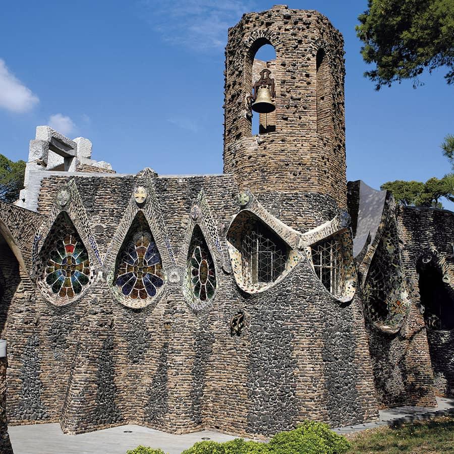 Exterior de la Cripta Güell, de Antoni Gaudí
