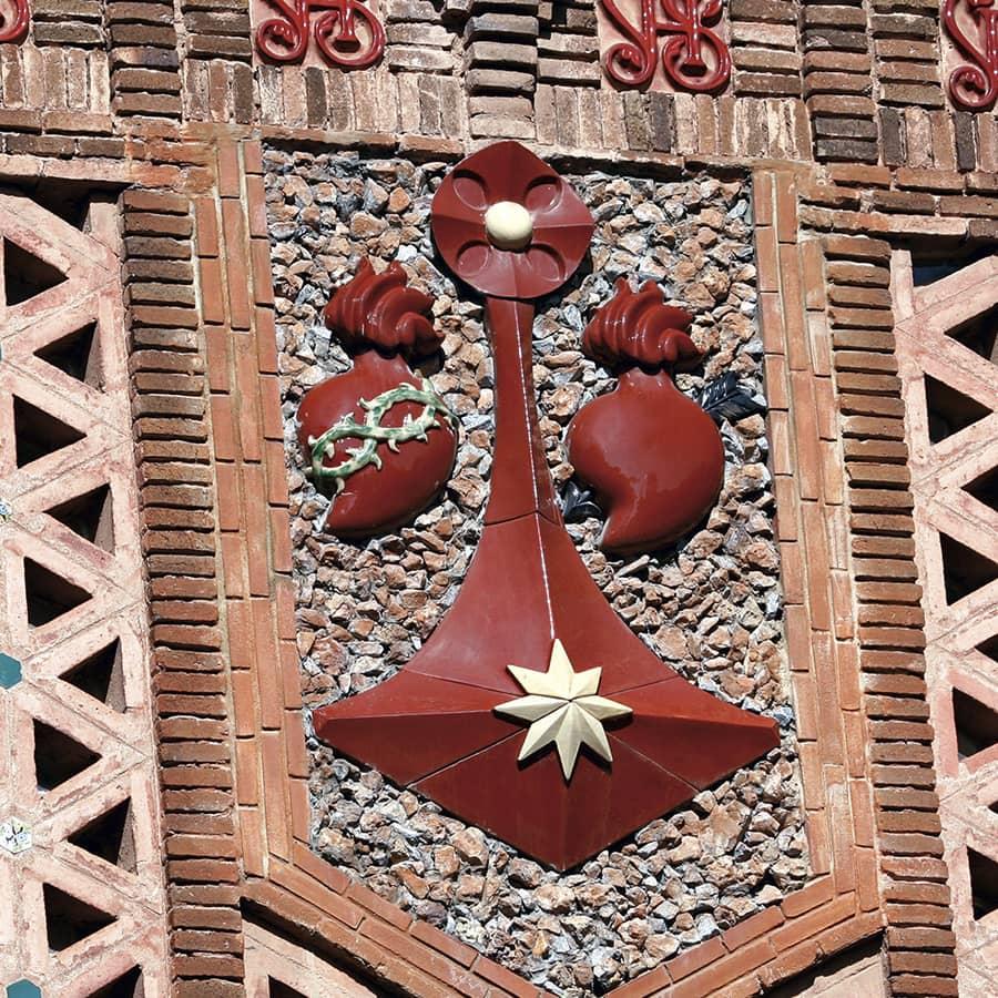 Detalle decorativo del Colegio Teresiano de Barcelona, de Gaudí
