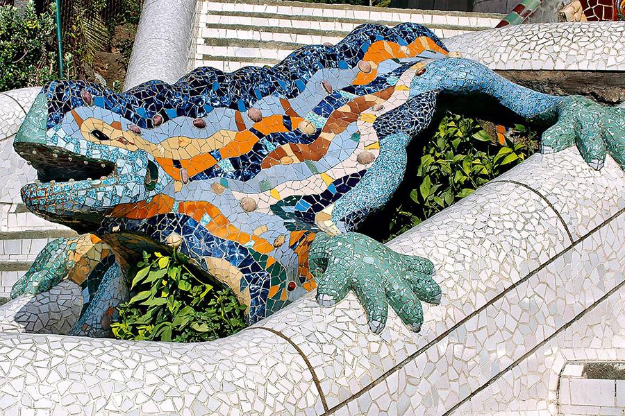 Dragón de la escalera principal del Park Guell, de Antoni Gaudi