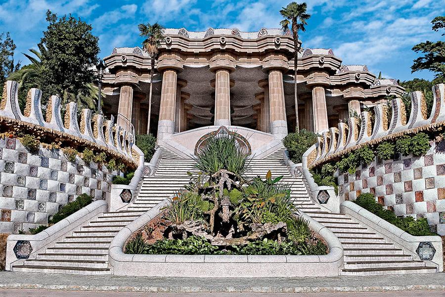 Escalera de la entrada principal del Park Guell, de Antoni Gaudi