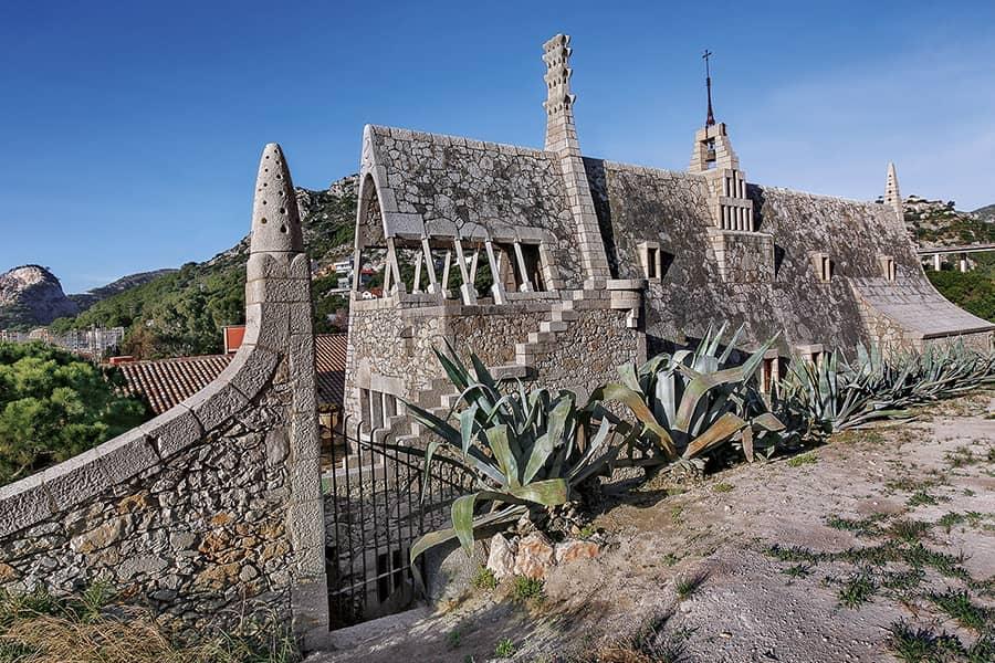 Exterior de las Bodegas Güell de Antoni Gaudí