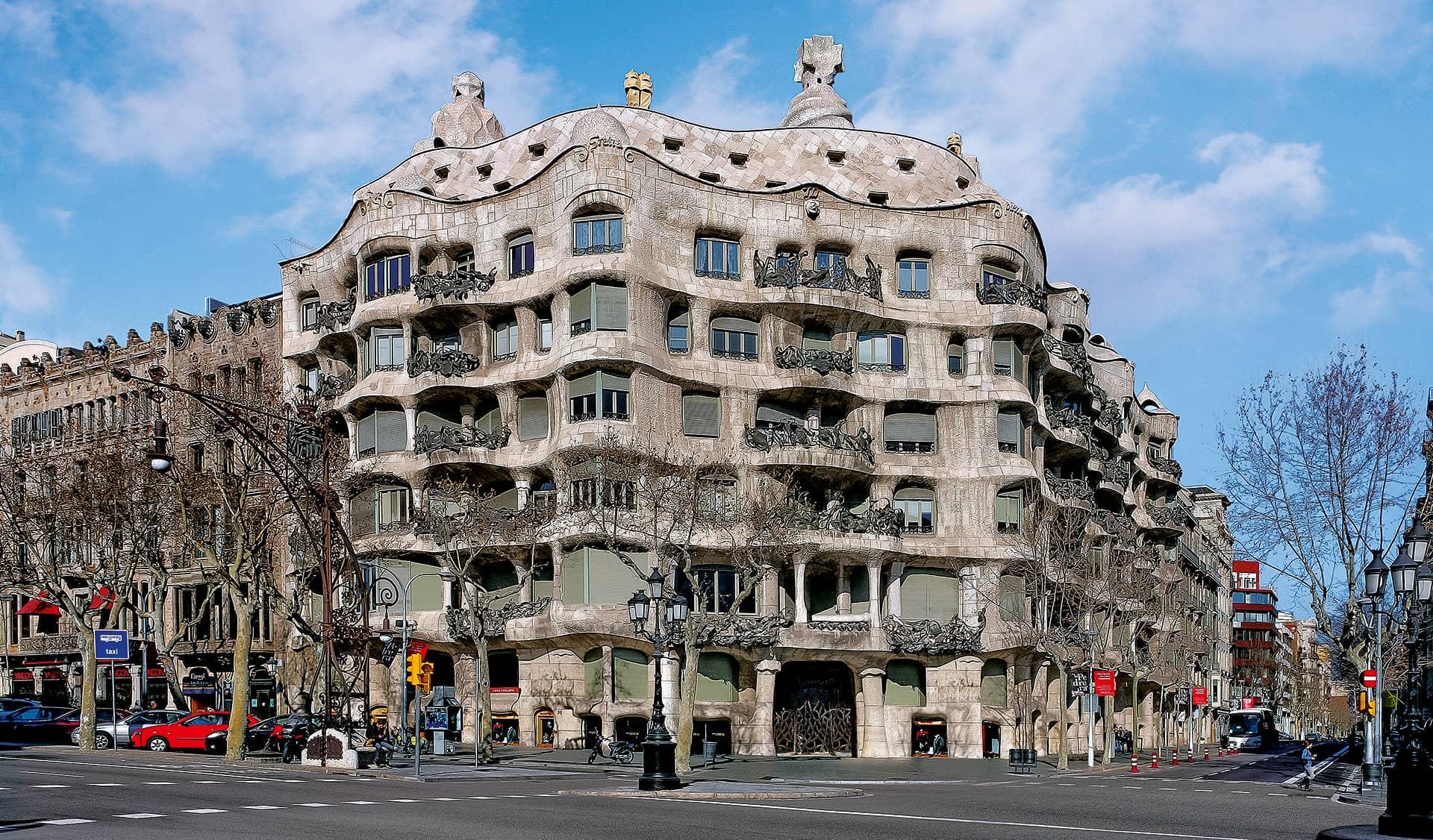 Fachada principal de La Pedrera de Antoni Gaudí