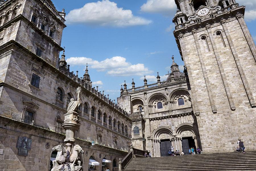 Façade sud ou the Platerías de la cathédrale de Saint Jacques de Compostelle