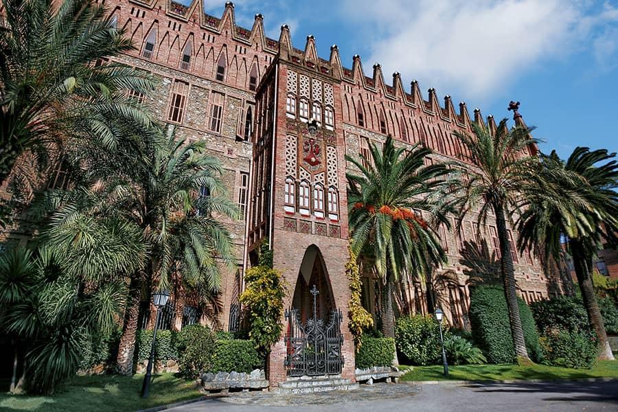 Fachada del Colegio Teresiano de Barcelona, de Antoni Gaudí