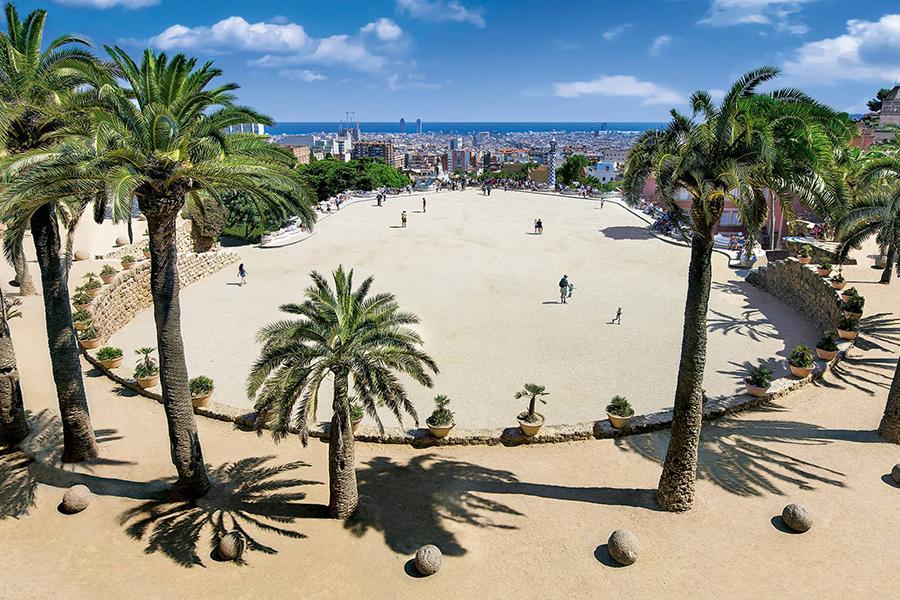 La gran plaza del Park Guell, de Antoni Gaudi