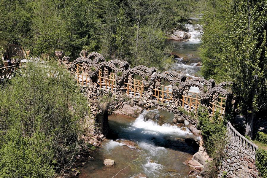 puente de los jardines Artigas de Antoni Gaudí