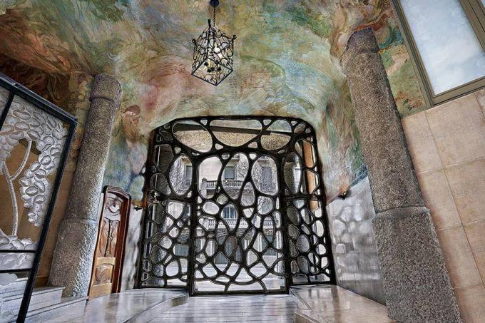 Puerta de entrada a La Pedrera