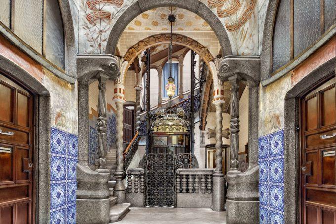 Vestíbulo de la Casa Calvet, de Antoni Gaudí