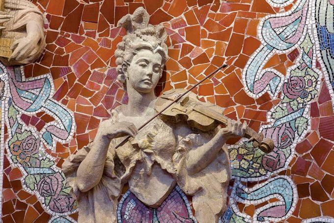 Escultura de una violinista en el Palau de la Música de Barcelona