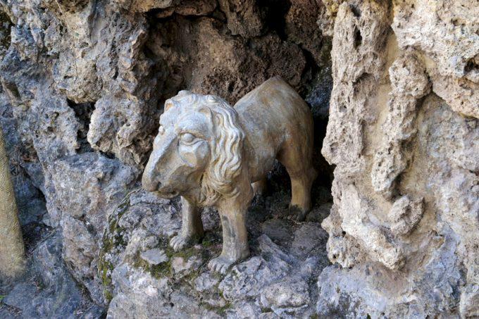 Escultura de un león en los Jardines Artigas de Antoni Gaudí