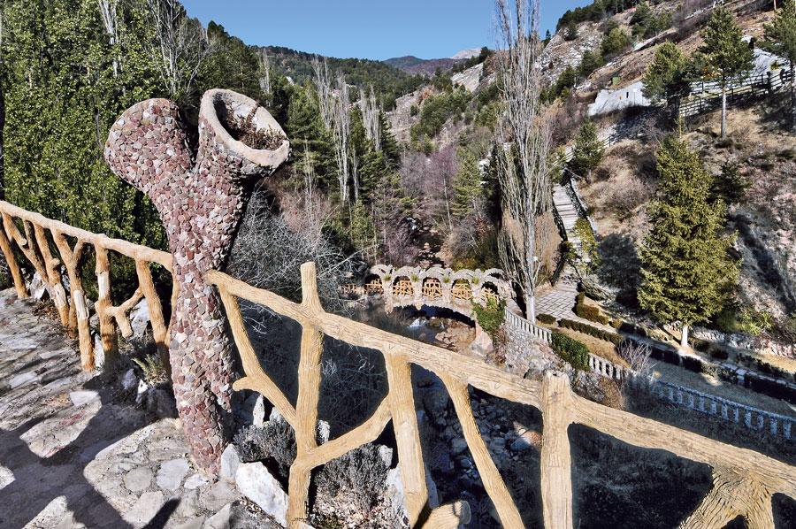 Puente en los Jardines Artigas de Antoni Gaudí