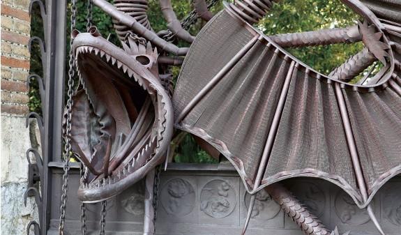 Dragon Hierro Portal Propiedad Guell Sarria Gaudi Dosde Publishing