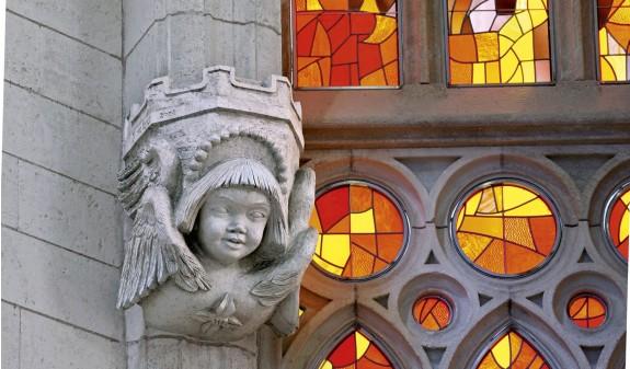 Escultura Cara Columna Sagrada Familia Dosde Publishing
