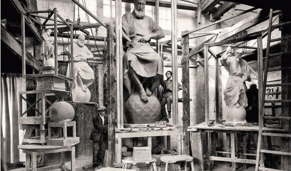 Escultura Hombre Sobre Bola Sagrada Familia Antoni Gaudi Fotografia Historica Dosde Publishing