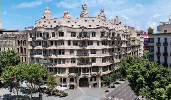 Panoramica La Pedrera Casa Mila Gaudi Dosde Publishing