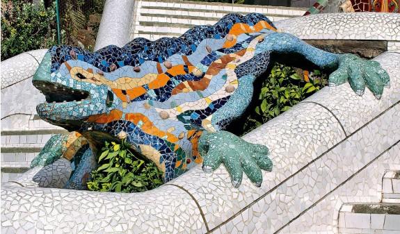 Dragon Escalera Entrada Park Guell Gaudi Dosde Publishing